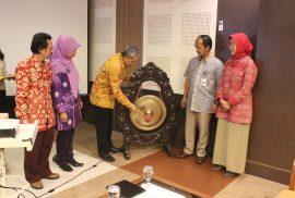 pemukulan gong oleh Prof. Suratman sebagai tanda dimulaintya acara Seminar Nasional