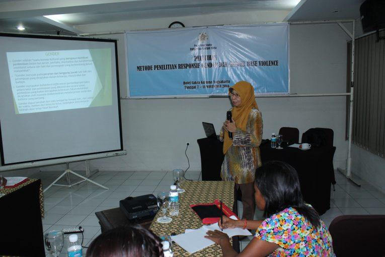 Dr Tri Winarni Soenarto Putri, SU (Kepala PSW UGM) memberikan materi dalam Pelatihan Metode Penelitian Responsif Gender